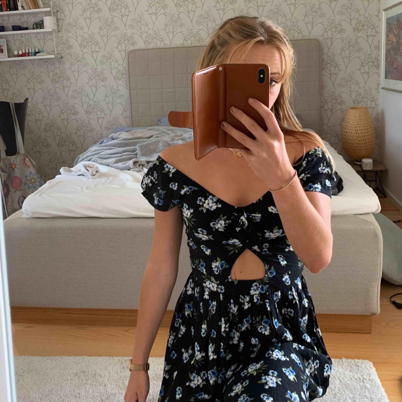 Superfin Hollister klänning i helt perfekt skick. Lagom längd, den slutar en bit ovanför knäna. Skriv för fler bilder 🌼 Fri frakt . Klänningar.