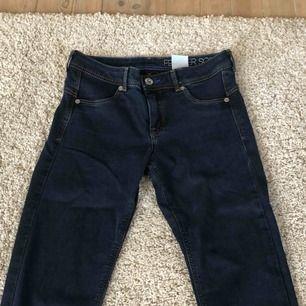 Mörkblåa jeans med mellanmidja, aldrig använda. De ser nästan svarta ut på bilden men ser blåa ut i verkligheten, kunde inte få fram färgen på kamera. Köpare står för frakt.