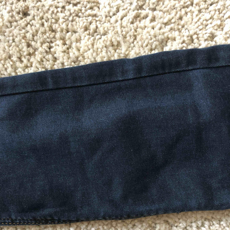 Mörkblåa jeans med mellanmidja, aldrig använda. De ser nästan svarta ut på bilden men ser blåa ut i verkligheten, kunde inte få fram färgen på kamera. Köpare står för frakt.. Jeans & Byxor.
