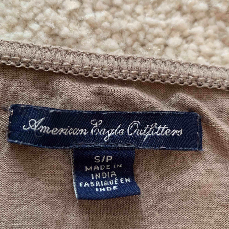 Supersnyggt linne från American Eagle. Jättebra skick och enkelt att matcha🌹Frakt 30kr. Toppar.