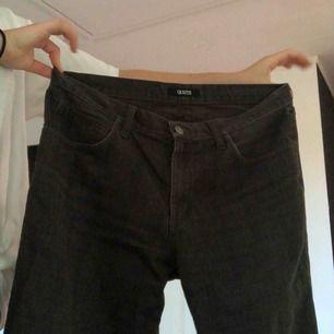 Jeans från Giovani. Bra skick förutom en liten fläck som borde gå bort i tvätten (se bild tre).✨