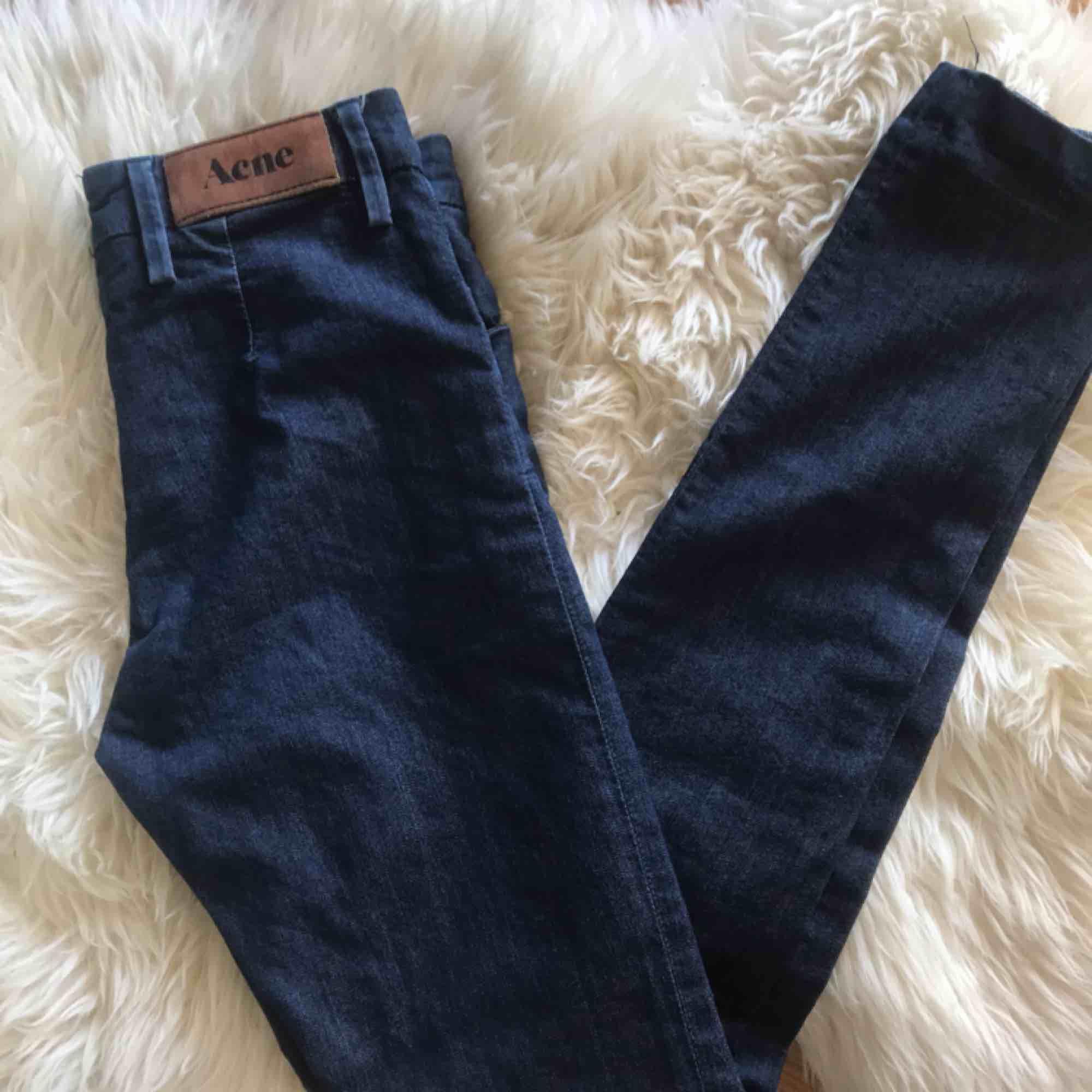 Mörkblå jättefina Acne Jeans, smala i modellen! Små i storleken! Köparen står för frakt på 63kr✨. Jeans & Byxor.