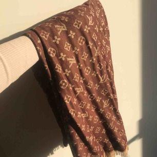 Brun o beige färgad LV sjal (inte äkta) väldigt fin i materialet och är som ny!✨ Fri frakt!