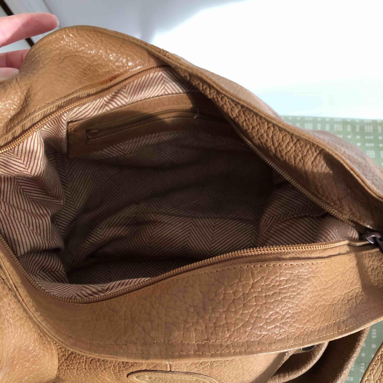 Superfint skick. Vet inte om det är en fläck vid dragkedjan eller om det typ är en missfärgning eller nåt. Dock så stör det inte.😊. Väskor.