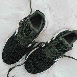 Gröna adidas skor (ÄKTA) adidas märket inuti skon har färgats bort men det syns inte med skorna på, annars väl använda.