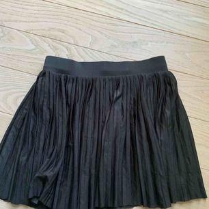Plisserad kort kjol från Vero Moda, frakt 36kr
