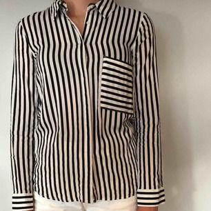 Svartvit randig skjorta från pull&bear. Den är i storlek M men är liten i storleken. Kan skickas emot fraktavgift.