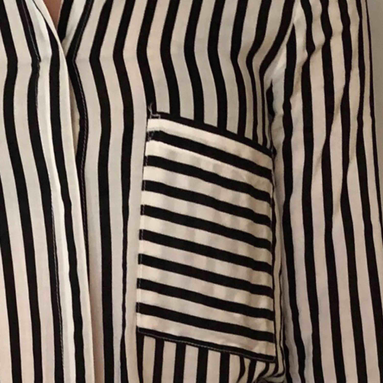 Svartvit randig skjorta från pull&bear. Den är i storlek M men är liten i storleken. Kan skickas emot fraktavgift.. Skjortor.