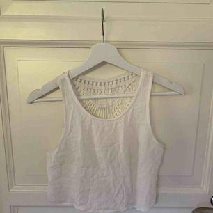 Coolt linne med spets i ryggen