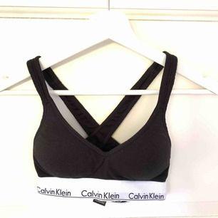 Superskön bh från Calvin Klein med baserade kupor. Säljer pga för liten storlek. Använd 4-5 gånger. Frakt 18kr
