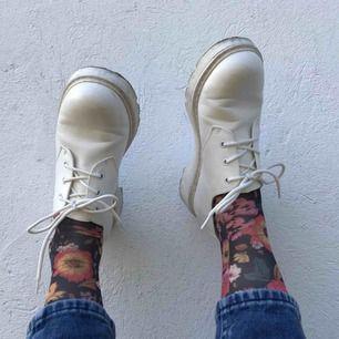 Priset är inkl frakt. Vita skor strl 39! Fina nu på hösten och i superskick! Helt nya - använda 2ggr.