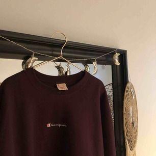 Säljer denna champion sweatshirt som jag köpte från urban outfitters förra hösten. Knappt använd så den ser ut som ny.  Oversized i modellen.   Köparen står för frakt
