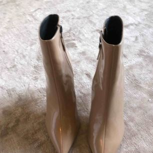 Beiga lackade boots ifrån topshop. De är helt nya och säljer dem då de helt enkelt inte kommit till användning. De är helt sprillans nya! Kan skickas!