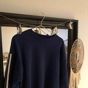 Köpt från beyond retro i höstas. Även fast tröjan är second hand skulle jag ändå säga att skicket är bra. Det står att det är en L men skulle mera säga att det är en M då den är lite kortare.  Köparen står för frakt.