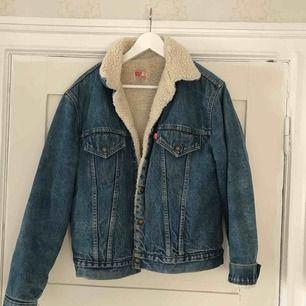 Priset är inkl frakt. Möts även upp i Gbg. Levis jeansjacka strl 42, fodrad och snygg som oversize! Älskad och använd med inte ett duggsliten! Som alla levis är den av god kvalite och dyr vid nyköp även på second hand.