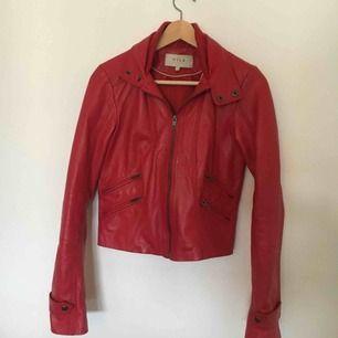 Snygg, röd (äkta) skinnjacka, sparsamt använd! Liva upp garderobsfärgerna med den perfekta höstjackan (som också är bra för vår och sommar). Kan skickas för en fraktkostnad eller mötas upp i Uppsala.