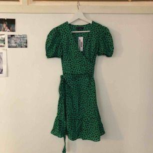 Helt ny, superfin omlott klänning från urbanoutfitters i New York. Nypris- 69$ (dollar) ca 600-700kr🌟