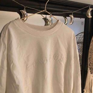 Carin Wester sweatshirt. Oversized i modellen. Säljer billigt pga använd men inga skador.  Köparen står för frakt.