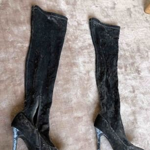 Oanvända overknee boots i grå sammet! Sitter tight på.
