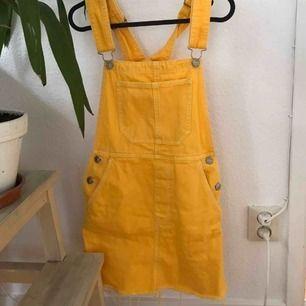 En så fin hängselklänning från Bershka. Använd fåtal gånger. Storlek XS men passar lika bra en S.   Kan mötas upp i GBG annars står köparen för frakten