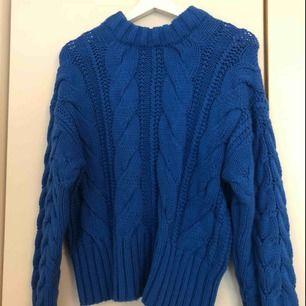 Stickad tröja från HM som är helt oanvänd. Köptes för 400 kr.   Bild lånad från @honeybelleworld