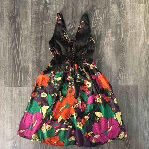Vacker klänning 🖤🌺sista bilden visar ett litet slitage mellan bysten men inget som alls syns. Klänningen är i 100% viskos