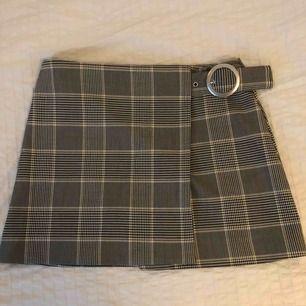 Fin rutig kjol från Weekday som tyvärr aldrig kommit till användning. I nyskick! Köptes för 400 kr.   Köpare står för frakt