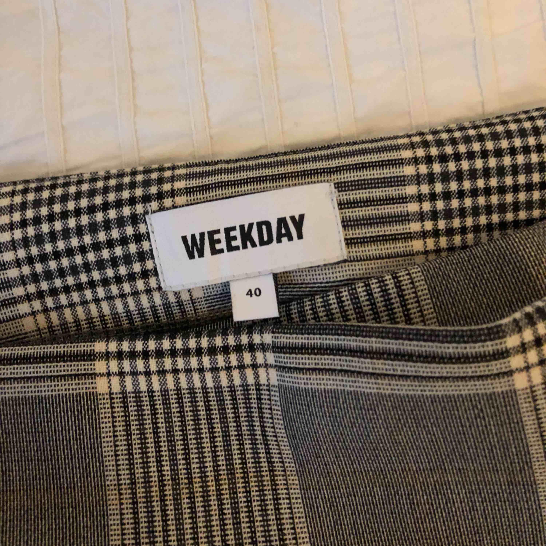 Fin rutig kjol från Weekday som tyvärr aldrig kommit till användning. I nyskick! Köptes för 400 kr.   Köpare står för frakt. Kjolar.