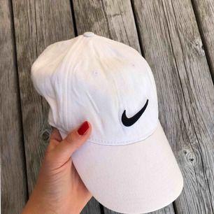 Vit Nike keps  Köparen står för frakt :)