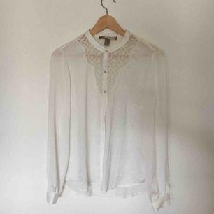 Fin vit blus med spetsdetalj! Knappt använd. Kan skickas mot frakt eller mötas upp i Uppsala!