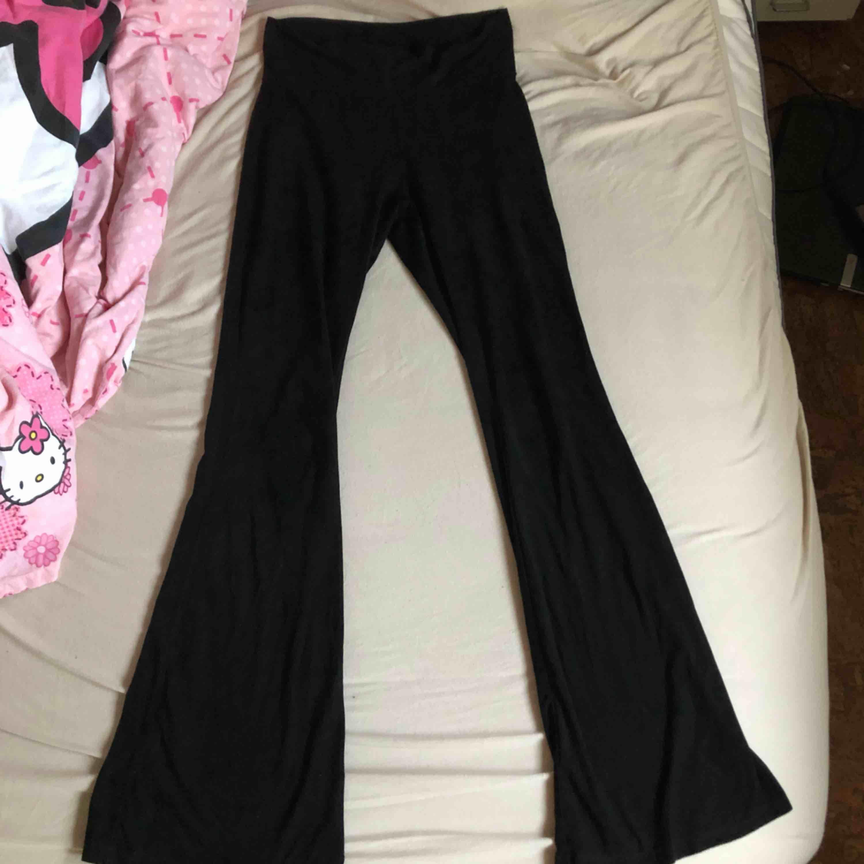 Svarta bootcutbyxor i mocka imitation 🖤🖤 Hur snygg passform somhelst, formar verkligen ben och rumpa supersnyggt💜 Passar XS-S!! Köparen står för fraktkostnad. Jeans & Byxor.