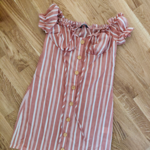 Så snyggt klänning.  Ny och oanvänd 🌸 Möts upp i Lund vid centralstationen Annars frakt tillkommer 🌸 36kr