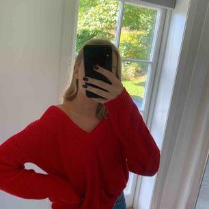 Superskön röd stickad tröja med v-ringning som kan användas på två olika sätt