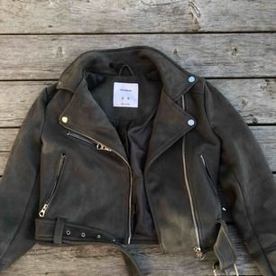 """Snygg ljusgrå bikerjacka i """"mocka"""" från pullandbear. Använd 2 gånger, nypris 350kr   Köparen står för frakt :)"""