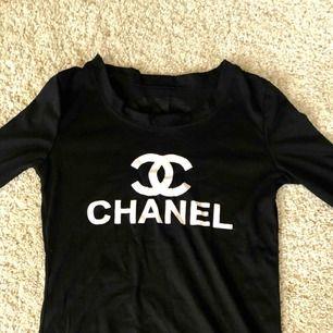 Chaneltröja, vet ej vart den är ifrån men det är en kopia av något slag, sitter även en chanellogga i nacken. Köpare står för frakt.