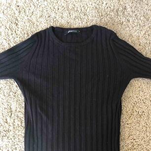 Ribbad tröja från GinaTricot, nästan oanvänd. Ser väldigt väldigt smal ut men tyget är stretchigt. Köpare står för frakt.