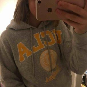 UCLA hoodie från H&M, riktigt skön men anvönder inte längre tyvärr :(( I mycket bra skick. Passar allt från xxs-M beroende på hur man vill stt den ska sitta. Skicka dm för frågor, du betalar frakt! 🖤