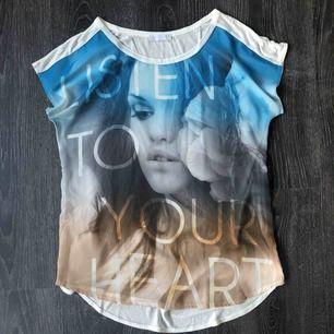 """T-shirt 💦 genomskinlig fram💦 texten """"listen to your heart"""""""