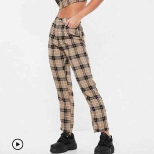 ursnygga nyinköpta (OANVÄNDA) rutiga byxor från missguided som jag säljer för jag måste :( passar skitbra med ett svart bälte till!!! Möts upp i Sthlm eller Södertälje