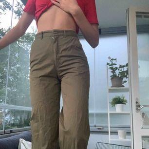 Gröna utsvängda byxor från hm. Jag är 178 och dem är inte hela vägen ner på mig