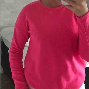 typ neonrosa tröja från gina. super mjuk o skön!