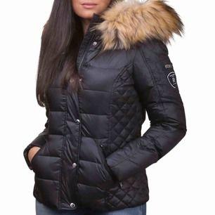 Säljer min rockandblue jacka i modellen Zora. Använd under en vinter, superfint skick. Inga defekter eller skador. Köptes för 2499