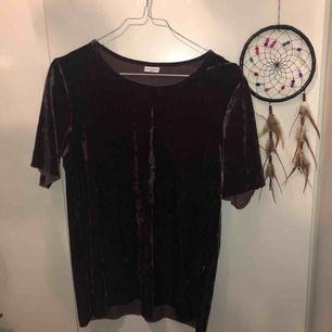 Gammal favorit som inte längre är min stil.  Velvet t-shirt från Jacqueline deYONG som är hur skön och mysig som helst! Färgen är ungefär vinröd/lila, som man ser mer tydligt i bild 2🌹