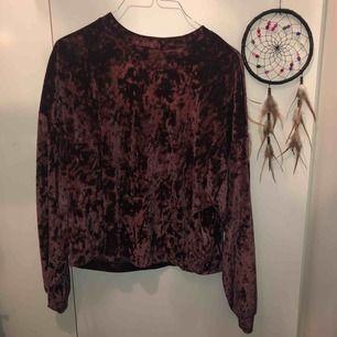Sammets sweatshirt från Stradivarius! Jätte fin och är i gott skick men är inte längre min stil, därför säljs den!