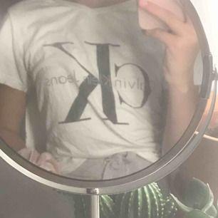 Jättefin Calvin Klein tröja! Strl L men passar mig som är XS! 70kr + frakt (som köparen står för)