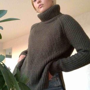 Skogsgrön stickad tröja, färgen är mer sig lik på bild 2 💚 köparen står för frakt