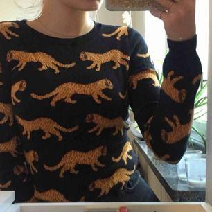 Snygg tiger tröja från Monki i storlek xs. Aldrig använd och i bra skick. Nypris 300kr men säljs för 125kr och vi delar på frakten.