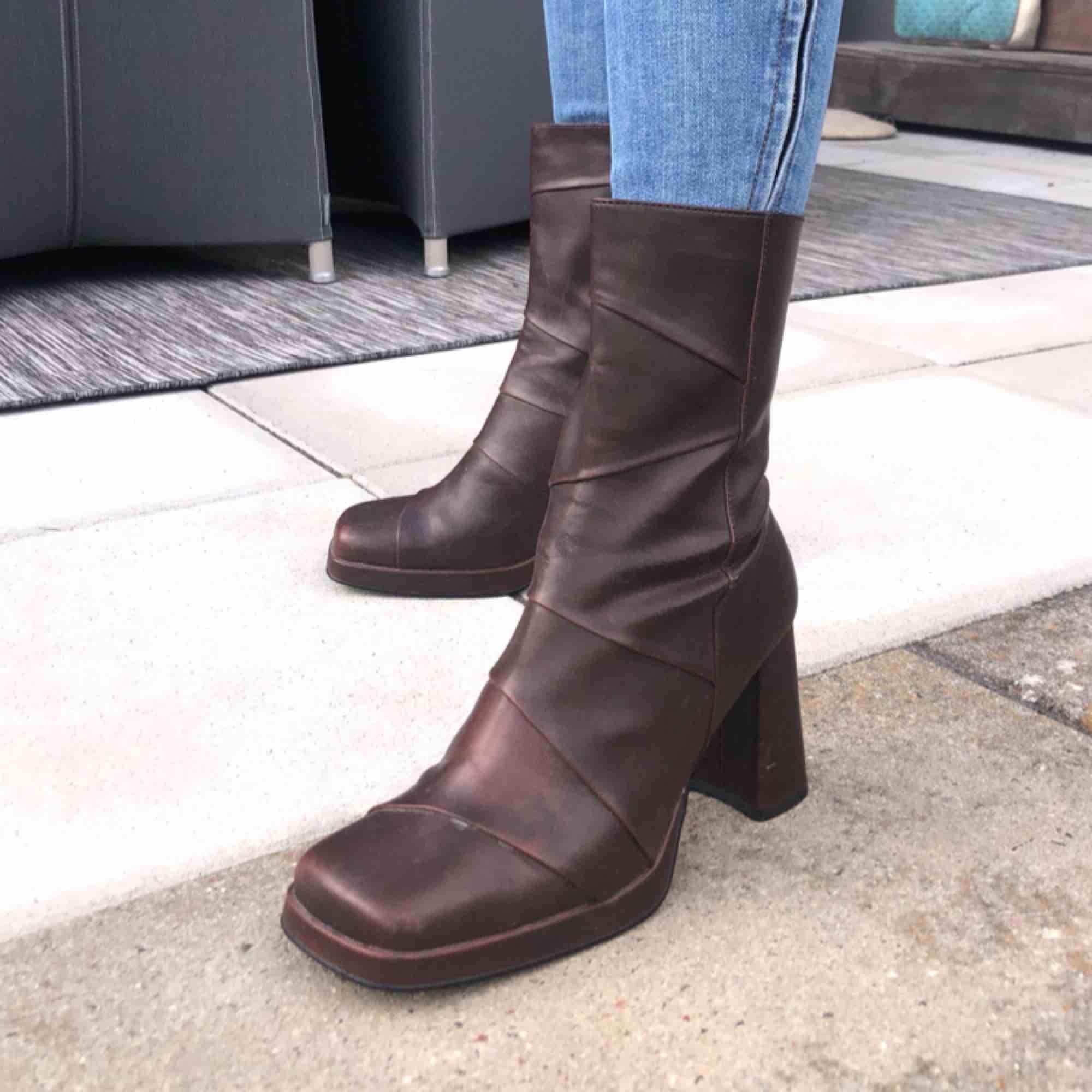 Liten 38, passar mig som är 37,5  Snygga bruna skor Pris kan diskuteras. Skor.
