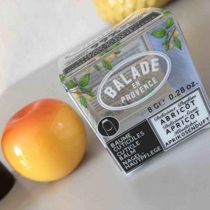 Supersöt nagelbalm med aprikos. Helt veganskt och crueltyfree. Frakt 18kr. Obruten förpackning