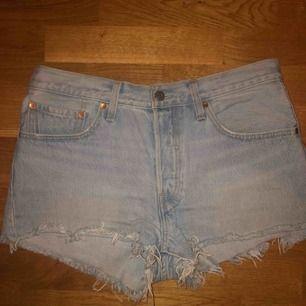 Levis 501 shorts, knappt använda, storlek: W30  Köparen står för frakt